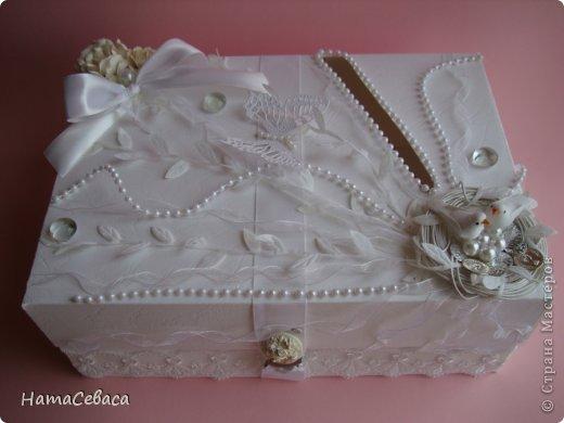 Задумалась я над свадебной тематикой. Чего бы, думаю, мне не попробовать. И попробовала. Получилось не совсем традиционно, не знаю, к плюсам это отнести или к минусам. Но, буду надеяться, найдутся те, кому понравится моя свадебная казна.  Закрывается она на магнитный замочек, раскладка по МК отсюда http://shabby-chic-ru.blogspot.com/.../blog-post.html (цифры немного другие). фото 2