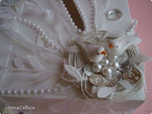 Задумалась я над свадебной тематикой. Чего бы, думаю, мне не попробовать. И попробовала. Получилось не совсем традиционно, не знаю, к плюсам это отнести или к минусам. Но, буду надеяться, найдутся те, кому понравится моя свадебная казна.  Закрывается она на магнитный замочек, раскладка по МК отсюда http://shabby-chic-ru.blogspot.com/.../blog-post.html (цифры немного другие). фото 3