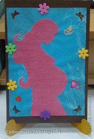 Всем привет! Моя коллега в ожидании чуда! И мне ну очень захотелось сделать ей приятный подарок. Вот такая открыточка у меня получилась. Но ее должна будет немножко доделать будущая мама, а точнее она должна будет вклеить фото с УЗИ ребеночка.  А еще я сделала подставку под открытку.