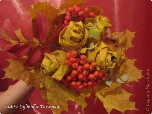 В детском саду дали задание сделать поделку из природного материала. Времени было мало, чтобы что-то искать, а на улице под ногами оказались кленовые листья. Мы с дочкой и сыночком их собрали, сорвали кисточки рябины и сделали такой небольшой букетик роз из листьев.
