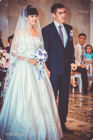 Свадьба, которая состоялась 13 сентября 2013 года. Каскадный букет невесты бело-фиолетовых оттенков из орхидей роз и фрезий. фото 18