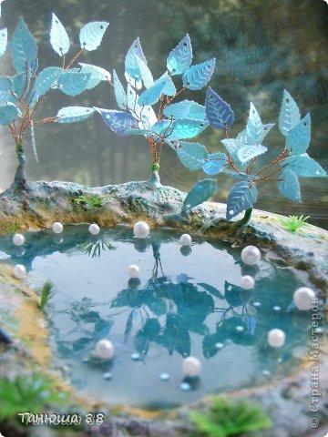 клен сплетен из пайеток (в форме кленовых листиков), ствол гипс, вода из эпоксидного клея. МК нет. Спасибо всем кто заглянул фото 3