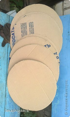 """Представляю на ваш суд шляпы на свадебную машину, может, кому-то пригодится. Материалы для работы: 1. Гофрированный картон (у меня упаковочный картон из-под холодильника) 2. Скотч 3. Ножницы, карандаш 4. Магниты (чем больше, тем лучше) 5. Клей """"Момент"""" 6. Ткань креп-сатин черного и белого цвета 7. Фатин 1 м при ширине 1,5м, цветочки для украшения 8. Иголка с ниткой, швейная машина 9. Белая атласная лента метров 13 10. Тонкий синтепон фото 3"""