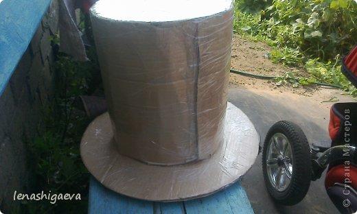 """Представляю на ваш суд шляпы на свадебную машину, может, кому-то пригодится. Материалы для работы: 1. Гофрированный картон (у меня упаковочный картон из-под холодильника) 2. Скотч 3. Ножницы, карандаш 4. Магниты (чем больше, тем лучше) 5. Клей """"Момент"""" 6. Ткань креп-сатин черного и белого цвета 7. Фатин 1 м при ширине 1,5м, цветочки для украшения 8. Иголка с ниткой, швейная машина 9. Белая атласная лента метров 13 10. Тонкий синтепон фото 15"""