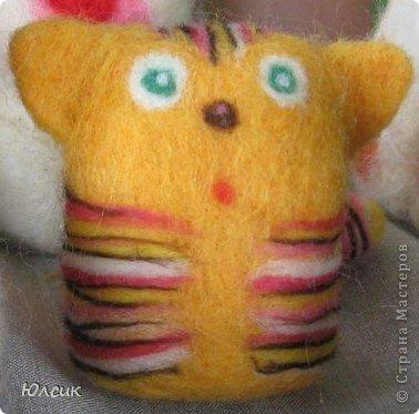 Мой второй кот! Первенец уже давно успешно продался https://stranamasterov.ru/node/595041 и вот я решила сделать копию!  Фото с летней выставки, на фото немножко видна лохматость кота, так как все считают своим долгом взять игрушку и пощупать)   фото 1