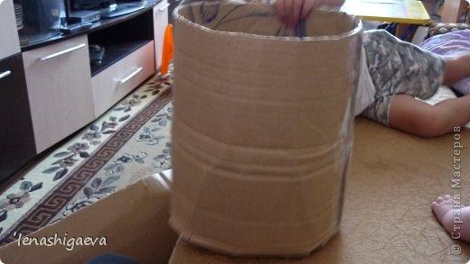 """Представляю на ваш суд шляпы на свадебную машину, может, кому-то пригодится. Материалы для работы: 1. Гофрированный картон (у меня упаковочный картон из-под холодильника) 2. Скотч 3. Ножницы, карандаш 4. Магниты (чем больше, тем лучше) 5. Клей """"Момент"""" 6. Ткань креп-сатин черного и белого цвета 7. Фатин 1 м при ширине 1,5м, цветочки для украшения 8. Иголка с ниткой, швейная машина 9. Белая атласная лента метров 13 10. Тонкий синтепон фото 5"""