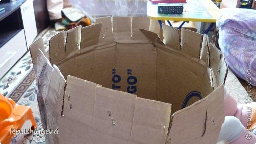 """Представляю на ваш суд шляпы на свадебную машину, может, кому-то пригодится. Материалы для работы: 1. Гофрированный картон (у меня упаковочный картон из-под холодильника) 2. Скотч 3. Ножницы, карандаш 4. Магниты (чем больше, тем лучше) 5. Клей """"Момент"""" 6. Ткань креп-сатин черного и белого цвета 7. Фатин 1 м при ширине 1,5м, цветочки для украшения 8. Иголка с ниткой, швейная машина 9. Белая атласная лента метров 13 10. Тонкий синтепон фото 7"""