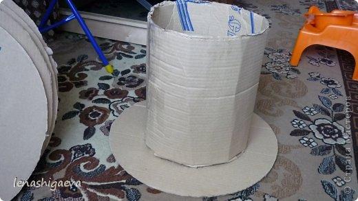 """Представляю на ваш суд шляпы на свадебную машину, может, кому-то пригодится. Материалы для работы: 1. Гофрированный картон (у меня упаковочный картон из-под холодильника) 2. Скотч 3. Ножницы, карандаш 4. Магниты (чем больше, тем лучше) 5. Клей """"Момент"""" 6. Ткань креп-сатин черного и белого цвета 7. Фатин 1 м при ширине 1,5м, цветочки для украшения 8. Иголка с ниткой, швейная машина 9. Белая атласная лента метров 13 10. Тонкий синтепон фото 8"""