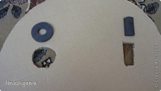 """Представляю на ваш суд шляпы на свадебную машину, может, кому-то пригодится. Материалы для работы: 1. Гофрированный картон (у меня упаковочный картон из-под холодильника) 2. Скотч 3. Ножницы, карандаш 4. Магниты (чем больше, тем лучше) 5. Клей """"Момент"""" 6. Ткань креп-сатин черного и белого цвета 7. Фатин 1 м при ширине 1,5м, цветочки для украшения 8. Иголка с ниткой, швейная машина 9. Белая атласная лента метров 13 10. Тонкий синтепон  фото 10"""