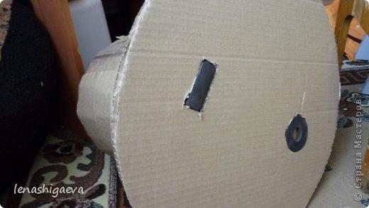"""Представляю на ваш суд шляпы на свадебную машину, может, кому-то пригодится. Материалы для работы: 1. Гофрированный картон (у меня упаковочный картон из-под холодильника) 2. Скотч 3. Ножницы, карандаш 4. Магниты (чем больше, тем лучше) 5. Клей """"Момент"""" 6. Ткань креп-сатин черного и белого цвета 7. Фатин 1 м при ширине 1,5м, цветочки для украшения 8. Иголка с ниткой, швейная машина 9. Белая атласная лента метров 13 10. Тонкий синтепон фото 11"""