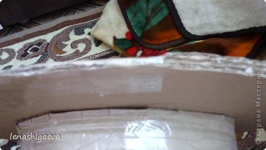 """Представляю на ваш суд шляпы на свадебную машину, может, кому-то пригодится. Материалы для работы: 1. Гофрированный картон (у меня упаковочный картон из-под холодильника) 2. Скотч 3. Ножницы, карандаш 4. Магниты (чем больше, тем лучше) 5. Клей """"Момент"""" 6. Ткань креп-сатин черного и белого цвета 7. Фатин 1 м при ширине 1,5м, цветочки для украшения 8. Иголка с ниткой, швейная машина 9. Белая атласная лента метров 13 10. Тонкий синтепон фото 13"""
