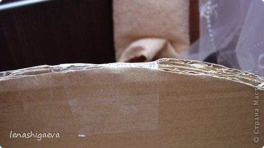 """Представляю на ваш суд шляпы на свадебную машину, может, кому-то пригодится. Материалы для работы: 1. Гофрированный картон (у меня упаковочный картон из-под холодильника) 2. Скотч 3. Ножницы, карандаш 4. Магниты (чем больше, тем лучше) 5. Клей """"Момент"""" 6. Ткань креп-сатин черного и белого цвета 7. Фатин 1 м при ширине 1,5м, цветочки для украшения 8. Иголка с ниткой, швейная машина 9. Белая атласная лента метров 13 10. Тонкий синтепон фото 14"""