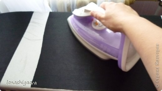 """Представляю на ваш суд шляпы на свадебную машину, может, кому-то пригодится. Материалы для работы: 1. Гофрированный картон (у меня упаковочный картон из-под холодильника) 2. Скотч 3. Ножницы, карандаш 4. Магниты (чем больше, тем лучше) 5. Клей """"Момент"""" 6. Ткань креп-сатин черного и белого цвета 7. Фатин 1 м при ширине 1,5м, цветочки для украшения 8. Иголка с ниткой, швейная машина 9. Белая атласная лента метров 13 10. Тонкий синтепон  фото 16"""