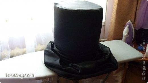 """Представляю на ваш суд шляпы на свадебную машину, может, кому-то пригодится. Материалы для работы: 1. Гофрированный картон (у меня упаковочный картон из-под холодильника) 2. Скотч 3. Ножницы, карандаш 4. Магниты (чем больше, тем лучше) 5. Клей """"Момент"""" 6. Ткань креп-сатин черного и белого цвета 7. Фатин 1 м при ширине 1,5м, цветочки для украшения 8. Иголка с ниткой, швейная машина 9. Белая атласная лента метров 13 10. Тонкий синтепон фото 19"""
