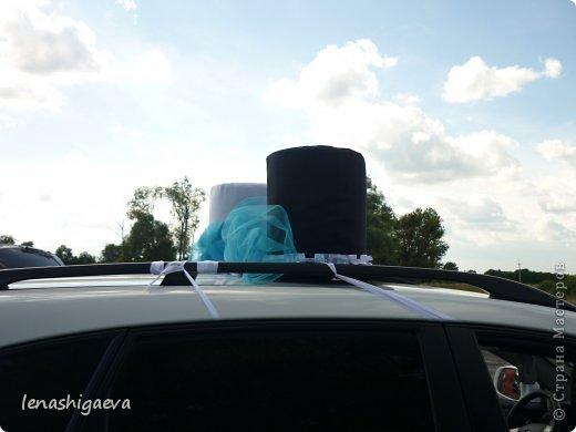 """Представляю на ваш суд шляпы на свадебную машину, может, кому-то пригодится. Материалы для работы: 1. Гофрированный картон (у меня упаковочный картон из-под холодильника) 2. Скотч 3. Ножницы, карандаш 4. Магниты (чем больше, тем лучше) 5. Клей """"Момент"""" 6. Ткань креп-сатин черного и белого цвета 7. Фатин 1 м при ширине 1,5м, цветочки для украшения 8. Иголка с ниткой, швейная машина 9. Белая атласная лента метров 13 10. Тонкий синтепон  фото 21"""