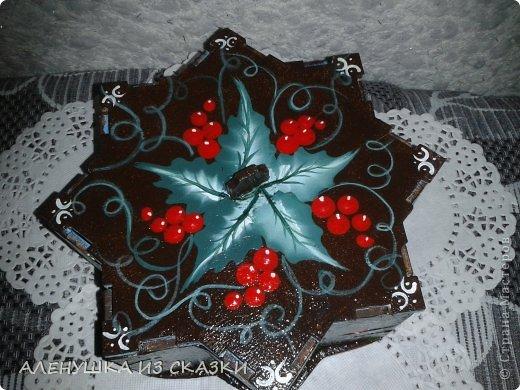 На крышке постаралась изобразить новогоднюю омелу акриловыми красками в технике one stroke фото 1