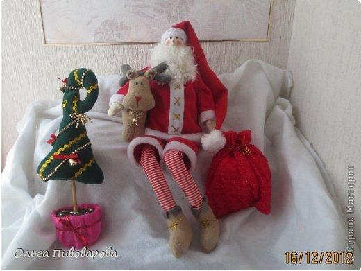 И снова здравствуйте! Я не оригинальна, всё тот же Санта, и олень, и снеговик, и ёлочка. Все игрушки по стандарту ТИЛЬДЫ. Это мои работы прошлого года. Всё равно хочется показать, похвастаться.... фото 1