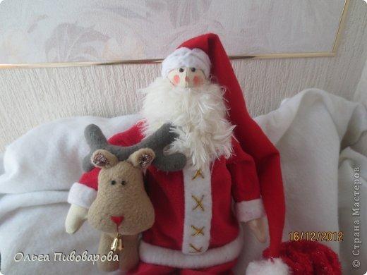 И снова здравствуйте! Я не оригинальна, всё тот же Санта, и олень, и снеговик, и ёлочка. Все игрушки по стандарту ТИЛЬДЫ. Это мои работы прошлого года. Всё равно хочется показать, похвастаться.... фото 2