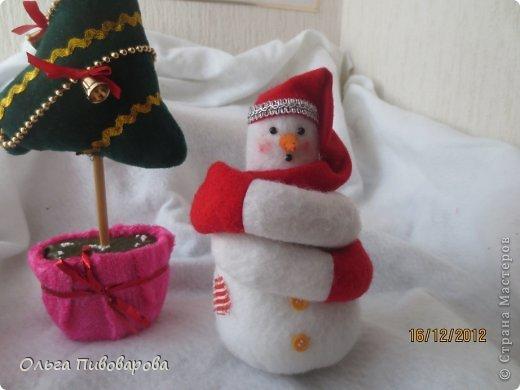 И снова здравствуйте! Я не оригинальна, всё тот же Санта, и олень, и снеговик, и ёлочка. Все игрушки по стандарту ТИЛЬДЫ. Это мои работы прошлого года. Всё равно хочется показать, похвастаться.... фото 3