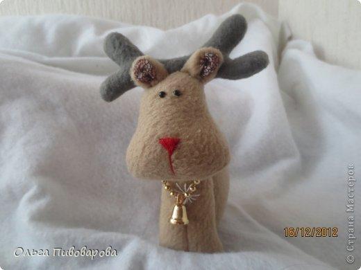 И снова здравствуйте! Я не оригинальна, всё тот же Санта, и олень, и снеговик, и ёлочка. Все игрушки по стандарту ТИЛЬДЫ. Это мои работы прошлого года. Всё равно хочется показать, похвастаться.... фото 4