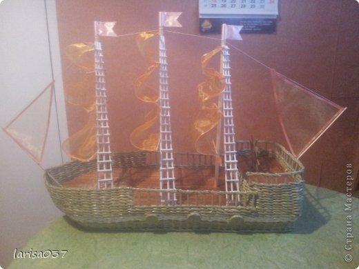 Корабль в подарок моряку. По МК деревенщины, спасибо ей огромное. Только паруса не бумажные а из органзы, очень капризный материал. Пришлось паруса обклеивать узкой ленточкой, подобранной в тон, а то уж сильно сыпался. фото 1
