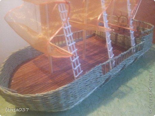 Корабль в подарок моряку. По МК деревенщины, спасибо ей огромное. Только паруса не бумажные а из органзы, очень капризный материал. Пришлось паруса обклеивать узкой ленточкой, подобранной в тон, а то уж сильно сыпался. фото 2