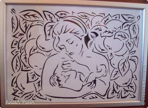 Есть в природе знак святой и вещий, Ярко обозначенный в веках: Самая прекрасная из женщин Женщина с ребенком на руках От любой напасти заклиная Ей-то уж добра не занимать Нет, не Богоматерь, а земная, Гордая, возвышенная мать Свет любви издревле ей завещан, И с тех пор живет она в веках, Самая прекрасная из женщин Женщина с ребенком на руках Все на свете мерится следами, Сколько б ты ни вышагал путей Яблоня украшена плодами, Женщина судьбой своих детей Пусть ей вечно солнце рукоплещет! Так она и будет жить в веках Самая прекрасная из женщин, Женщина с ребенком на руках!  Стихи из интернета Автор неизвестен