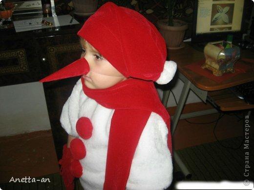 Привет любимая страна! Скоро Новый год и я заметила, что уже многие начали подготовку к этому празднику! Хочу вам показать костюм снеговика, который я шила в том году для дочки одной своей знакомой. Пришла она ко мне, чуть ли не в слезах, с просьбой о шитье. Как бы я не объясняла, что у меня и навыков то таких нет, да и времени тем более. Она ревет, что денег нет на хорошую портниху, а дочке дали роль снеговика, сказала что будет у меня готовить, убирать, только чтобы я сшила. Ну как тут откажешь, я просто вошла в ее положение и со страхом принялась за дело. На тот момент и не подумала о том, что можно было сделать МК, уж очень торопилась. Ну вот такой костюм у нас и получился, как сказала потом знакомая, что ее дочка была лучше фей и принцесс, которые были на этом празднике и она всем меня расхваливала. фото 2