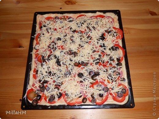 Ну, дорогие, садитесь поближе: наконец-то у меня выходной! Сегодня мы будем готовить две пиццы: с красной рыбкой и сервелатом  - одна вкуснее другой! А вот какая вкуснее - пусть каждый решит сам!  фото 22