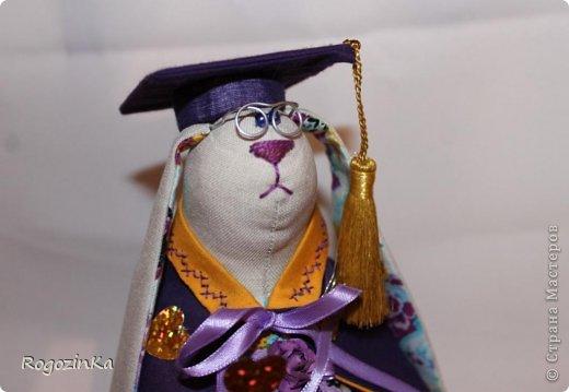 Наконец закончила заю. Она профессор сказочных наук, поедет на Кипр, что особенно приятно) Будет еще добавлена одна фишка, фото выложу завтра. фото 9