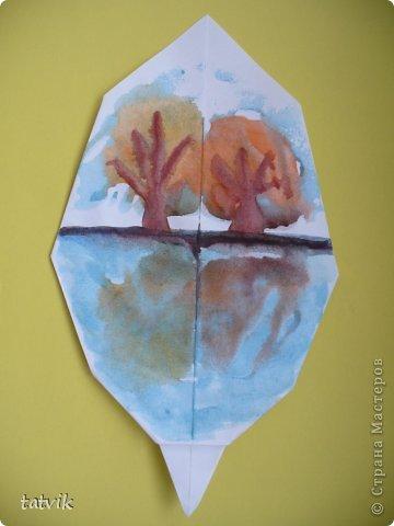 Примите и наши листочки.  Источником вдохновения стала Красавица-Осень!!!   Клён растопырил ладошки, Моется тёплым дождем. Радуясь новой одёжке, Смотрит, как мимо идём.  Может, не ждал он подарки. Может, и сам удивлён. Как неожиданно ярко Осень раскрасила клён.  Клоунским пёстрым нарядом Манит приветливо нас:  — Встаньте, пожалуйста, рядом, Я вам сюрпризы припас.  Розовый, жёлтый,  зеленый —  Все, как один, хороши!..  Кланяясь клоуну-клёну, Ты их собрать поспеши,  И в тишине, у дорожки, Встретятся наши ладошки.                                 Екатерина Серова  фото 5