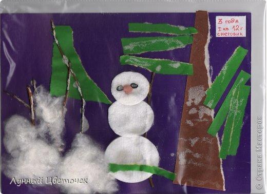"""Для ребенка 3-х лет-легко и занимательно. Снеговик """"из ватных дисков"""" стоит среди ватных сугробов, на сухих веточках """"манный"""" иней, ёлочка выросла из отрывной аппликации. Это одна из любимых работ дочери Карины.  фото 1"""