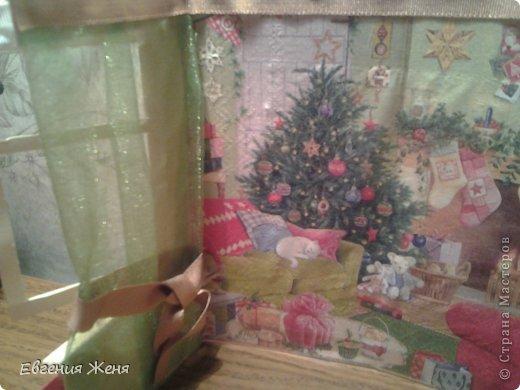 Хотелось сделать новогоднюю открытку,а получился мини домик.Его можно использовать как упаковку,обертку для пакетика конфет,маленького подарочка,а можно просто поставить под елочку,рядом с Морозиком и Снегурочкой. фото 3