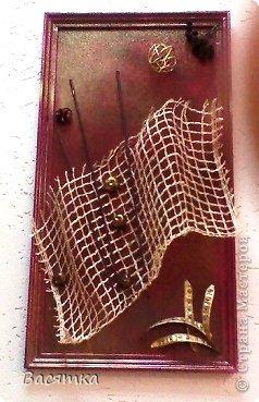 Немножко предыстории. Потребовалось на работе привести в празднично-культурный вид фойе и коридор. Встал вопрос - ЧЕМ?. На покупку картин денег нет, украшать надо своими силами. Решили сделать панно. Опыта ни у кого никакого, но делать надо. Поэтому откопали два старых стенда, купили потолочные пластиковые бордюры, краску аэрозольную для машин 2-х видов (бордовую и золото). Скажу сразу не хватило - докупали еще 2 баллона (причем потом ходили с газеткой, чтобы сразу проверить цвет, потому что один раз не совпал на крышке и внутри). Из дома все по приволакивали у кого-чего было. Ну и приступили к работе. Распилили стенд на 6 частей, где-то 60х40 см. Приклеили Титаном бордюры, начали красить,  видим -плавятся бордюры, покумекали и решили обработать клеем ПВА, попробовали - не плавятся. Так вот, сначала покрыли все бордовой краской, а затем с большего расстояния забрызгали  золотой. Ну вот все высохло и началось самое страшное, скомпоновать композицию. Первые две были созданы на одном дыхании, ну а остальные шли с большим трудом. Сначала подойдет одна - набросает чего-нибудь, потом вторая - что-то уберёт, что-то своё добавит. Ну и так далее... (коллектив 6 человек). Ну а после, последняя сотрудница при приклеивании еще раз переделает. В конце концов были созданы все шедевры где-то за 2-3 дня (все это без отрыва от работы). Приступим к просмотру. фото 9