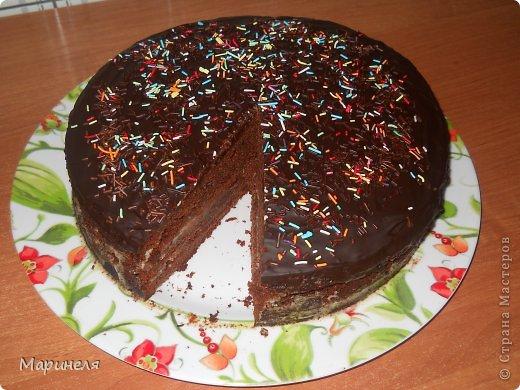 """Осень. Холод. Хочется чего-то вкусненького. Что может быть вкуснее шоколада (лично для меня), только шоколадный-прешоколадный торт!!! В оригинале торт называется кухэ...честно пыталась найти в интернете значение этого слова. Смогла докопаться только с созвучным словом из немецкого """"кухня"""". Это меня вполне устроило и я поиски прекратила). Итак, сам рецепт брала с этого сайта http://kulinariya123.blogspot.ru/2012/02/shokoladnoe-kukheh-prosto-bystro-i.html Рецепт простой, все готовится очень быстро и получается 100%.  Понадобится: 4 яйца 2 стакана сахара 1 стакан молока 1 стакан растительного масла 1 п. ваниль. сахар 3 ст. ложки какао-порошок 1 п. разрыхлителя 2 стакана муки Яйца, сахар, ванильный сахар взбить (я делала это миксером), добавить масло, молоко, какао тщательно перемешивая после ввода каждого компонента. Отдельно смешать муку и разрыхлитель и просеять эту смесь в жидкую часть. Вот собственно и все. Дальше выливаем получившуюся смесь в форму (у меня разъемная форма диаметром 26 см) и отправляем в разогретую до 180 градусов духовку. Выпекать до сухой спички/зубочистки. фото 1"""