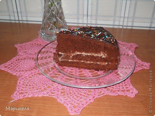 """Осень. Холод. Хочется чего-то вкусненького. Что может быть вкуснее шоколада (лично для меня), только шоколадный-прешоколадный торт!!! В оригинале торт называется кухэ...честно пыталась найти в интернете значение этого слова. Смогла докопаться только с созвучным словом из немецкого """"кухня"""". Это меня вполне устроило и я поиски прекратила). Итак, сам рецепт брала с этого сайта http://kulinariya123.blogspot.ru/2012/02/shokoladnoe-kukheh-prosto-bystro-i.html Рецепт простой, все готовится очень быстро и получается 100%.  Понадобится: 4 яйца 2 стакана сахара 1 стакан молока 1 стакан растительного масла 1 п. ваниль. сахар 3 ст. ложки какао-порошок 1 п. разрыхлителя 2 стакана муки Яйца, сахар, ванильный сахар взбить (я делала это миксером), добавить масло, молоко, какао тщательно перемешивая после ввода каждого компонента. Отдельно смешать муку и разрыхлитель и просеять эту смесь в жидкую часть. Вот собственно и все. Дальше выливаем получившуюся смесь в форму (у меня разъемная форма диаметром 26 см) и отправляем в разогретую до 180 градусов духовку. Выпекать до сухой спички/зубочистки. фото 4"""
