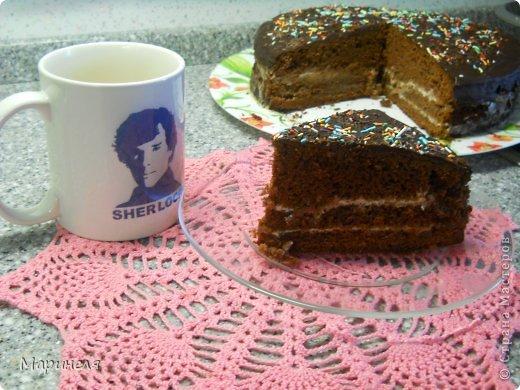"""Осень. Холод. Хочется чего-то вкусненького. Что может быть вкуснее шоколада (лично для меня), только шоколадный-прешоколадный торт!!! В оригинале торт называется кухэ...честно пыталась найти в интернете значение этого слова. Смогла докопаться только с созвучным словом из немецкого """"кухня"""". Это меня вполне устроило и я поиски прекратила). Итак, сам рецепт брала с этого сайта http://kulinariya123.blogspot.ru/2012/02/shokoladnoe-kukheh-prosto-bystro-i.html Рецепт простой, все готовится очень быстро и получается 100%.  Понадобится: 4 яйца 2 стакана сахара 1 стакан молока 1 стакан растительного масла 1 п. ваниль. сахар 3 ст. ложки какао-порошок 1 п. разрыхлителя 2 стакана муки Яйца, сахар, ванильный сахар взбить (я делала это миксером), добавить масло, молоко, какао тщательно перемешивая после ввода каждого компонента. Отдельно смешать муку и разрыхлитель и просеять эту смесь в жидкую часть. Вот собственно и все. Дальше выливаем получившуюся смесь в форму (у меня разъемная форма диаметром 26 см) и отправляем в разогретую до 180 градусов духовку. Выпекать до сухой спички/зубочистки. фото 5"""