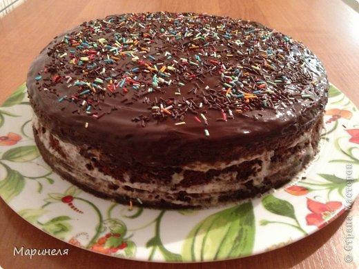 """Осень. Холод. Хочется чего-то вкусненького. Что может быть вкуснее шоколада (лично для меня), только шоколадный-прешоколадный торт!!! В оригинале торт называется кухэ...честно пыталась найти в интернете значение этого слова. Смогла докопаться только с созвучным словом из немецкого """"кухня"""". Это меня вполне устроило и я поиски прекратила). Итак, сам рецепт брала с этого сайта http://kulinariya123.blogspot.ru/2012/02/shokoladnoe-kukheh-prosto-bystro-i.html Рецепт простой, все готовится очень быстро и получается 100%.  Понадобится: 4 яйца 2 стакана сахара 1 стакан молока 1 стакан растительного масла 1 п. ваниль. сахар 3 ст. ложки какао-порошок 1 п. разрыхлителя 2 стакана муки Яйца, сахар, ванильный сахар взбить (я делала это миксером), добавить масло, молоко, какао тщательно перемешивая после ввода каждого компонента. Отдельно смешать муку и разрыхлитель и просеять эту смесь в жидкую часть. Вот собственно и все. Дальше выливаем получившуюся смесь в форму (у меня разъемная форма диаметром 26 см) и отправляем в разогретую до 180 градусов духовку. Выпекать до сухой спички/зубочистки. фото 3"""