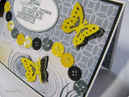 Здравствуйте. Сегодня День рождения моей мамы, и именно по этому поводу я сделала такую вот открытку. К сожалению, в квартире темновато, и как ни пыталась дополнительно осветить работу, все равно получилось не так, как в оригинале. Желтый цвет в открытке гораздо теплее - такой солнечный. А на фото он лимонный:( Идея открытки родилась от фразы, которую я увидела на открытках мастериц СМ. Я как раз купила новый дырокол - пуговка. В продаже были три диаметра, но я как-то пожалела денег, и купила только один. Сейчас жалею уже о том, что не купила все:) Хотя дырокол оказался не совсем удачный: он сломался очень быстро. Муж его разобрал, смазал, но он все равно дыроколит, как ему захочется. Вроде и бумагу беру нужной плотности... Муж предложил его не собирать, а так работать, без корпуса. фото 2