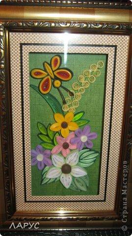 зашла в магазинчик и обратила внимание на глубокие рамки со стеклом ) в ней были какие то искуственные жуткие цветы .. я разобрала всю картину по частям внутреннюю часть обклеила . и получилосьочень даже симатичненько ) и нарядно..  фото 2