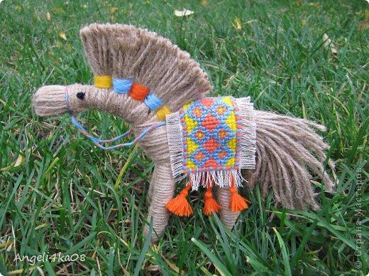 """Здравствуйте, дорогие жители Страны Мастеров! Как известно, по Восточному календарю символом 2014 года будет лошадь. Для счастья и успеха в доме желательно иметь поделку, сувенир, или открытку с изображением этого благородного животного. Я долго вынашивала мысль, что же мне придумать сделать... И тут я увидела симпатичную лошадку, выполненную  замечательной мастерицей Харченко Еленой. По ее очень доступному мастер-классу https://stranamasterov.ru/node/556012?c=favorite я , не раздумывая, легко и быстро сделала себе похожую. Вот она- любуйтесь! Вспомнились слова из песни: """"Кони в яблоках, кони серые Как мечта моя, кони смелые..."""" фото 2"""