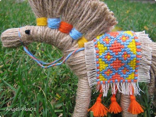 """Здравствуйте, дорогие жители Страны Мастеров! Как известно, по Восточному календарю символом 2014 года будет лошадь. Для счастья и успеха в доме желательно иметь поделку, сувенир, или открытку с изображением этого благородного животного. Я долго вынашивала мысль, что же мне придумать сделать... И тут я увидела симпатичную лошадку, выполненную  замечательной мастерицей Харченко Еленой. По ее очень доступному мастер-классу https://stranamasterov.ru/node/556012?c=favorite я , не раздумывая, легко и быстро сделала себе похожую. Вот она- любуйтесь! Вспомнились слова из песни: """"Кони в яблоках, кони серые Как мечта моя, кони смелые..."""" фото 3"""