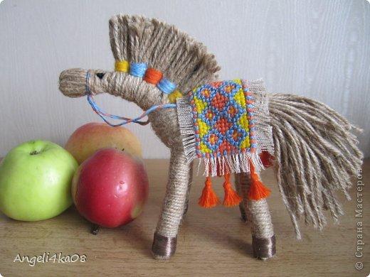 """Здравствуйте, дорогие жители Страны Мастеров! Как известно, по Восточному календарю символом 2014 года будет лошадь. Для счастья и успеха в доме желательно иметь поделку, сувенир, или открытку с изображением этого благородного животного. Я долго вынашивала мысль, что же мне придумать сделать... И тут я увидела симпатичную лошадку, выполненную  замечательной мастерицей Харченко Еленой. По ее очень доступному мастер-классу https://stranamasterov.ru/node/556012?c=favorite я , не раздумывая, легко и быстро сделала себе похожую. Вот она- любуйтесь! Вспомнились слова из песни: """"Кони в яблоках, кони серые Как мечта моя, кони смелые..."""" фото 1"""