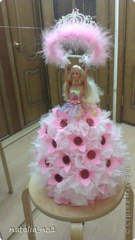 Ну вот и первая моя куколка) Коллега по работе попросила для дочери сделать сладкий подарок с короной принцессы. Я долго думала как же эту корону обложить конфетами....и тут увидев ваши работы, мне пришла в голову идея с ангелом, который будет как бы вручать имениннице корону!!! фото 3