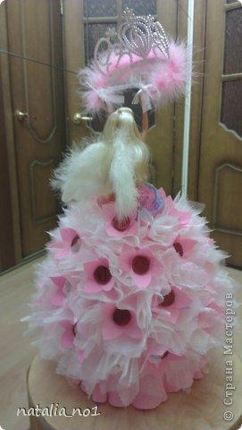 Ну вот и первая моя куколка) Коллега по работе попросила для дочери сделать сладкий подарок с короной принцессы. Я долго думала как же эту корону обложить конфетами....и тут увидев ваши работы, мне пришла в голову идея с ангелом, который будет как бы вручать имениннице корону!!! фото 2