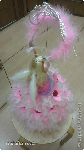 Ну вот и первая моя куколка) Коллега по работе попросила для дочери сделать сладкий подарок с короной принцессы. Я долго думала как же эту корону обложить конфетами....и тут увидев ваши работы, мне пришла в голову идея с ангелом, который будет как бы вручать имениннице корону!!! фото 4
