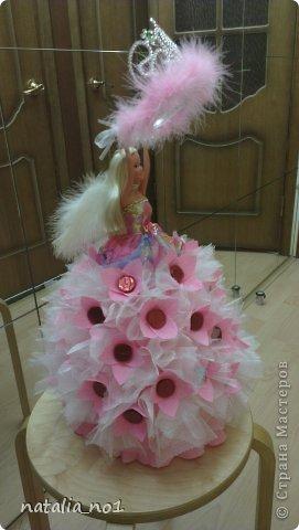 Ну вот и первая моя куколка) Коллега по работе попросила для дочери сделать сладкий подарок с короной принцессы. Я долго думала как же эту корону обложить конфетами....и тут увидев ваши работы, мне пришла в голову идея с ангелом, который будет как бы вручать имениннице корону!!! фото 5