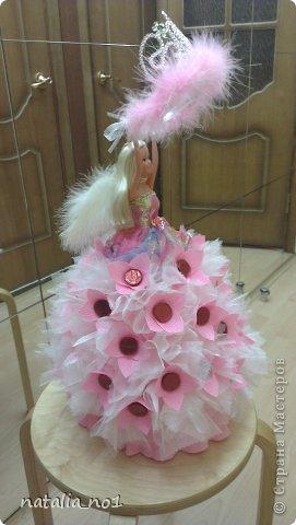 Ну вот и первая моя куколка) Коллега по работе попросила для дочери сделать сладкий подарок с короной принцессы. Я долго думала как же эту корону обложить конфетами....и тут увидев ваши работы, мне пришла в голову идея с ангелом, который будет как бы вручать имениннице корону!!! фото 1