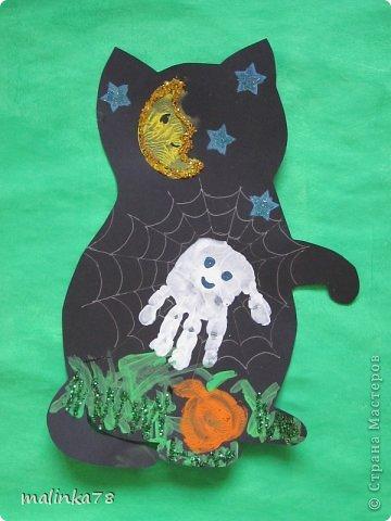 Пришла мне в голову идея сделать с детками вот таких кошек. Вырезаем из чёрной бумаги силуэт кошек и на них рисуем паутинку и  делаем отпечаток ладошки- это приведение, и так же делаем штамп тыквы, луны и звёзд. Травки дети рисовали ватными палочками. фото 2