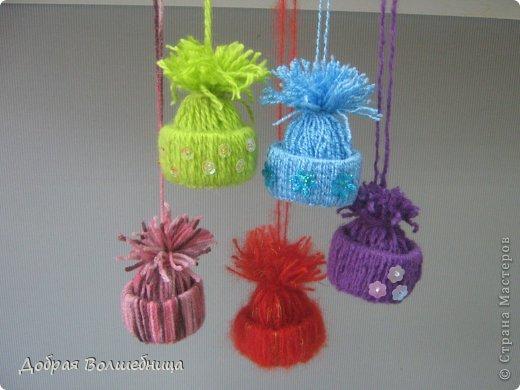 Скоро Новый Год! И подарки лучше продумать за ранее. Не давно я научилась делать маленькие сувенирные шапочки. Они очень милые, вызывают тёплые чувства и делаются легко и быстро. Такие шапочки можно делать и с младшими школьниками  и с взрослыми детками. фото 1